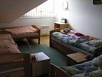 Ložnice v patře - apartmán k pronájmu Jenišov
