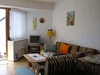 Obývací pokoj spojený s terasou - apartmán k pronájmu Jenišov