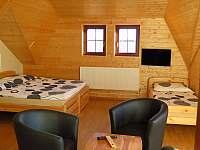 Pokoj 2 - třílůžkový pokoj se dvěma ložnicemi a možností 1-2 pristýlek - srub k pronajmutí Hlavňovice