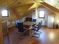 Společenská místnost - srub k pronajmutí Hlavňovice