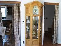 Vstup do obývacího pokoje s hodinami