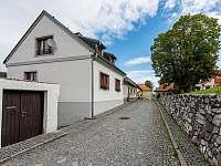 Pension Tauchen, podhled na dům z podhradí - chalupa ubytování Rabí