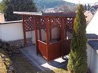 Pergola na zahradě - chalupa k pronajmutí Rabí