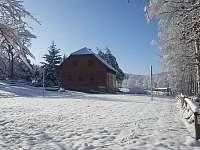 Račovská chalupa - pohled z hřiště