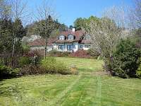 celkový pohled na zahradu a dům od východu