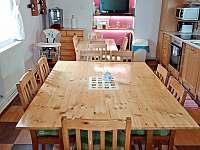 bezbariérová plně vybavená kuchyně v přízemí domku pro 12 osob, dětská stolička - Lazny