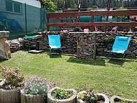 posezení u bazénu - chalupa k pronájmu Lazny