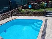 solární sprcha u bazénu - chalupa ubytování Lazny