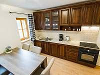 Kuchyňská linka a jídelní stůl - apartmán k pronájmu Nová Pec - Nové Chalupy