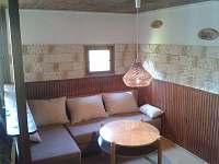 Obývací pokoj - posezení - chata k pronajmutí Mladice
