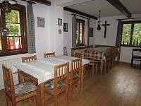 společné posezení uvnitř - chalupa ubytování Čeňkova Pila