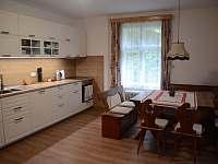 Kuchyně s jídelním koutem - chalupa ubytování Velhartice