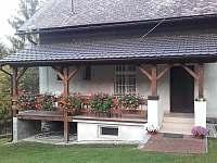Prostorná venkovní terasa - chalupa k pronájmu Velhartice