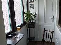 Kuřácká pavlač s výhledem na hrad - pronájem apartmánu Velhartice