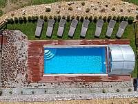 Bazén je vyhřívaný kvalitním tepelným čerpadlem od května do poloviny října. - Horní Planá - Hůrka
