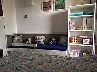 Ložnice s balkonem a malým dětským lůžkem - chata k pronajmutí Horní Planá - Hůrka