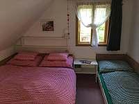 Ložnice s oknem k lesu - chata ubytování Horní Planá - Hůrka