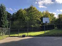 Hřiště s basketbalovým košem - chalupa k pronájmu Víska