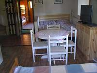 rozkládací jídelní stůl pro 6 osob