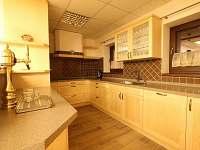 Kuchyň s pípou u společenské místnosti - apartmán ubytování Kvilda