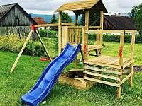 Dětské hřiště na zahradě u chalupy - Želnava