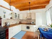 Rustikální plně vybavená kuchyně - pronájem chalupy Želnava
