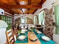 Velký jídelní stůl pro 8 osob - chalupa ubytování Želnava