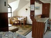 Obyvací místnost v podkroví - jídelní kout