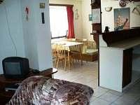 Obyvací místnost v přízemí - jídelní kout