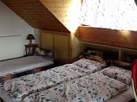 manželská postel ve větším pokoji - Horní Němčice u Strážova