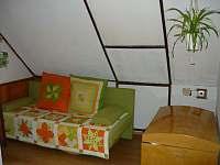 rozkládací gauč v ložnici u komína - Pohorsko