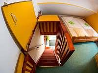 Apartmán č.1 schody z ložnice - k pronájmu Lipno nad Vltavou