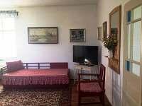 Chalupa - gauč a sezení u televize ve světnici