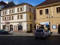 Dům vlevo - apartmán PrimaByt - k pronájmu Sušice