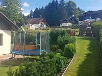 Okolo domu okrasná zahrada