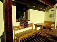 Posezení pod balkónem - rekreační dům ubytování Železná Ruda