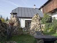 zahrada s venkovní kuchyní