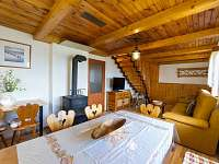 Jídelní kout s kamny + obývací pokoj - chata k pronájmu Horní Planá - Karlovy Dvory