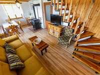 Jídelní kout s kamny + obývací pokoj - chata k pronajmutí Horní Planá - Karlovy Dvory
