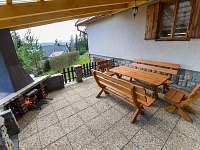 Venkovní sezení s krbem - chata ubytování Horní Planá - Karlovy Dvory