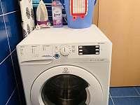 Pračka k dispozici - chalupa k pronajmutí Hůrka