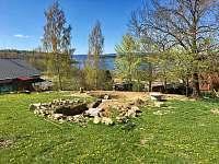 Zahrada se připravuje :) Trampolína a zapuštěné ohniště s posezením . - chalupa ubytování Hůrka