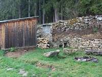 Dřevník, udírna a ohniště