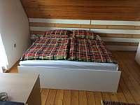 Hlavní spaní v průchozí ložnici