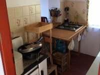 Kuchyňka a budoucí koupelna v jednom