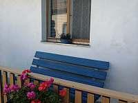 chalupářské posezení na lavičce - ubytování Velhartice