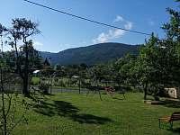 výhled ze zahrady - chalupa k pronajmutí Velhartice