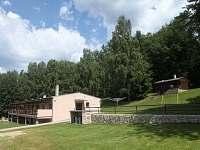 pohled na hlavní budovu a chaty - Apartmány Lipno - Dobrá Voda