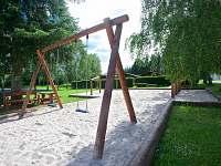 dětské hřiště na koupališti - chalupa k pronájmu Bílenice