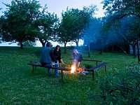 táborák na zahradě